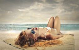 Het Zonnebaden van de vrouw stock afbeeldingen