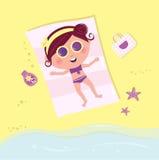Het zonnebaden van meisje op strand Royalty-vrije Stock Foto's
