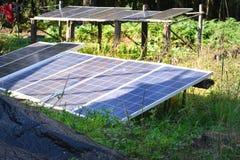 Het zonnecelpaneel wordt gebruikt voor opbrengs elektrisch huidig gebruik binnenshuis in platteland stock afbeelding