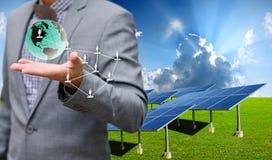 Het zonnelandbouwbedrijf met zakenman draagt virtuele wereld Stock Afbeeldingen