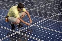 Het zonnepaneel installeert
