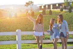 Het zonnige beeld van beste vriendenmeisjes die selfie vorderde nemen Royalty-vrije Stock Afbeelding