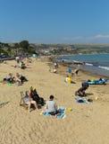 Het zonnige de zomer van de Britse strand Dorset Engeland het UK van Swanage zuidenkust Stock Afbeelding