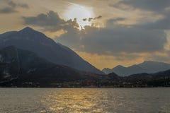 Het zonnige gezicht van de zonsondergang in een wolkendoek royalty-vrije stock foto