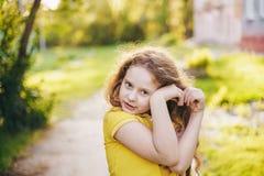 Het zonnige meisje vouwde haar handen een gevormd hart royalty-vrije stock foto