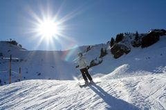 Het zonnige skiån in Alpen stock afbeelding