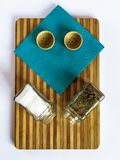 Het zout en de peper in een glasschudbeker en peperschudbeker bevinden zich op een scherpe raad royalty-vrije stock afbeeldingen
