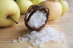 Het zout van het bad Aroma van de aard Green Spa - mineralen voor aromatherapy de aromazomer vegetarisme zout in een mand op a stock foto's