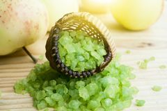 Het zout van het bad Aroma van de aard Green Spa - mineralen voor aromatherapy de aromazomer vegetarisme zout in een mand op a royalty-vrije stock afbeeldingen