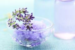 Het zout van de lavendel met aromatherapy olie Stock Afbeelding