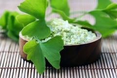 Het zout van het bad met ginko Stock Fotografie