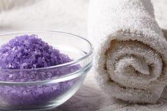 Het zout van het bad met handdoek Stock Afbeeldingen