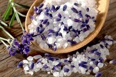 Het zout van het lavendelbad op houten lepel Royalty-vrije Stock Foto