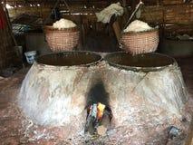 Het zoute maken gebruikend een houtskoolfornuis royalty-vrije stock foto