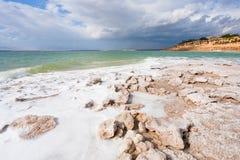 Het zoute strand van het kristal op Dode Overzeese kust - 8 Stock Afbeelding