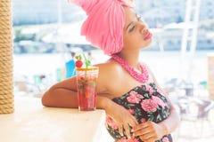 Het Zuidafrikaanse meisje drinkt binnen cocktailmojito Royalty-vrije Stock Afbeeldingen