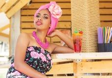 Het Zuidafrikaanse meisje drinkt cocktail in bar Royalty-vrije Stock Fotografie
