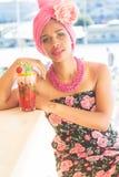 Het Zuidafrikaanse mooie meisje drinkt cocktail Royalty-vrije Stock Afbeeldingen