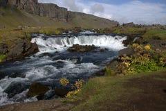 Het zuidelijke landschap van IJsland met een cascaderivier en een vulkanische outwashmation Royalty-vrije Stock Afbeelding