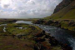 Het zuidelijke landschap van IJsland met een rivier en een vulkanische outwashmation Royalty-vrije Stock Afbeelding