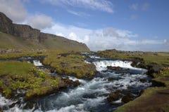 Het zuidelijke landschap van IJsland met een rivier en een vulkanische outwashmation Stock Foto