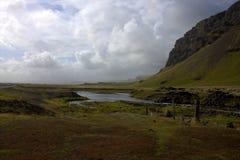 Het zuidelijke landschap van IJsland met een rivier en een vulkanische vorming Royalty-vrije Stock Fotografie