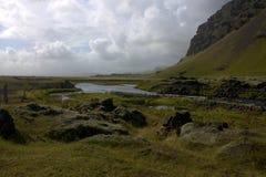Het zuidelijke landschap van IJsland met een rivier en een vulkanische vorming Royalty-vrije Stock Foto