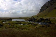 Het zuidelijke landschap van IJsland met een rivier en een vulkanische vorming Royalty-vrije Stock Afbeelding