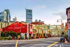 Het Zuidenbrug Rd van Singapore in Chinatown die voor Nieuwjaar wordt verfraaid Stock Afbeelding