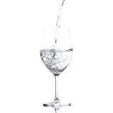 Het zuivere water wordt leeggemaakt in een glas water Stock Fotografie