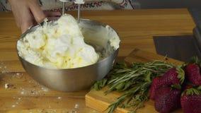 Het zwaaien van eiwit en het toevoegen van suiker Het maken van gebakjedeeg Het maken torte met buttercream die en geraspte choco stock videobeelden