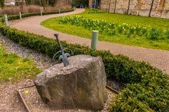 Het zwaard in steen wordt geplakt die Royalty-vrije Stock Afbeeldingen