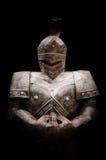 Het zwaard van de ridderholding in duisternis Royalty-vrije Stock Foto
