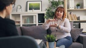 Het zwaarlijvige geduldige spreken aan psycholoog die gevoel en emoties delen stock video