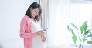 Het zwangere beeld van de vrouwengreep royalty-vrije stock foto's