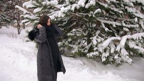Het zwangere meisje draagt een sjaal in openlucht in de winter stock video