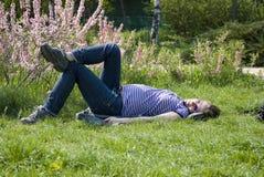 Het zwangere meisje rusten   Royalty-vrije Stock Afbeelding