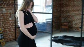 Het zwangere meisje stellen stock video