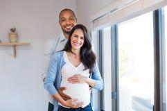 Het zwangere paar houden van Stock Foto