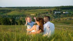 Het zwangere paar met peuterdochter heeft in openlucht vrije tijd mening steunen stock afbeeldingen