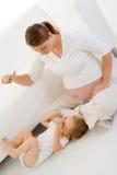 Het zwangere spelen met kind stock afbeeldingen