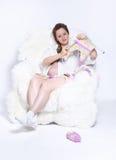 Het zwangere vrouw breien Royalty-vrije Stock Fotografie