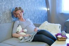 Het zwangere vrouw breien stock foto