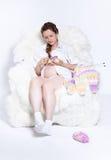 Het zwangere vrouw breien Stock Afbeeldingen