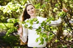 Het zwangere vrouw ontspannen in het park Royalty-vrije Stock Fotografie