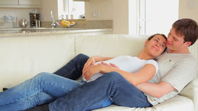 Het zwangere vrouw ontspannen met echtgenoot stock video