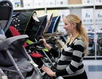Het zwangere vrouw shoping Stock Afbeelding