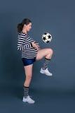 Het zwangere vrouw spelen met een bal Royalty-vrije Stock Afbeelding