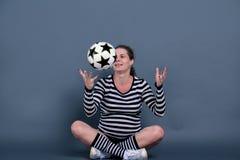 Het zwangere vrouw spelen met een bal Stock Afbeelding
