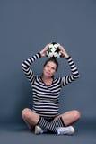 Het zwangere vrouw spelen met een bal Royalty-vrije Stock Afbeeldingen